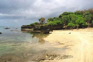 Menikmati Panorama Alam di Pantai Sayang Heulang