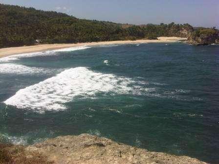 Kecantikan yang Berbahaya Milik Pantai Klayar di Pacitan