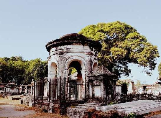 Ada Kembaran Taman Prasasti Jakarta di Surabaya