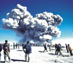 Letupan volkanik di puncak Gunung Semeru