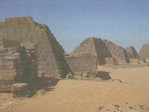 Melongok Piramida Meroe di Sudan