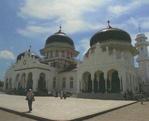 Masjid Baiturrahman dan Makam Bertuliskan Ayat Al Quran