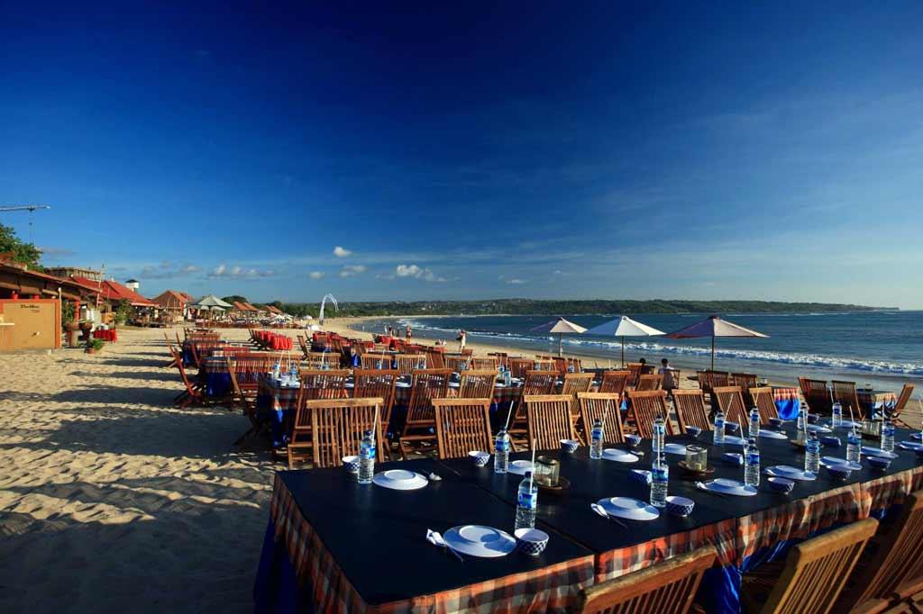 Makan Malam di Pinggir Pantai Jimbaran