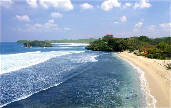 Pemandangan Memikat di Pantai Sundak